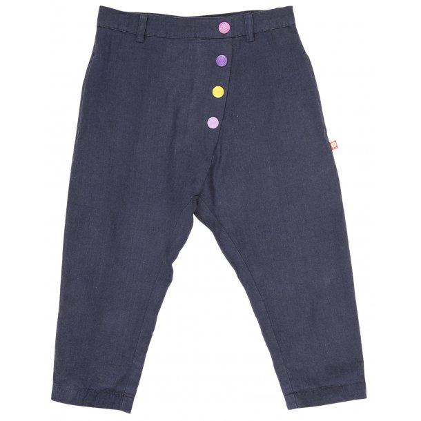 Schöne dunkelblaue Hosen mit bunte Knöpfen