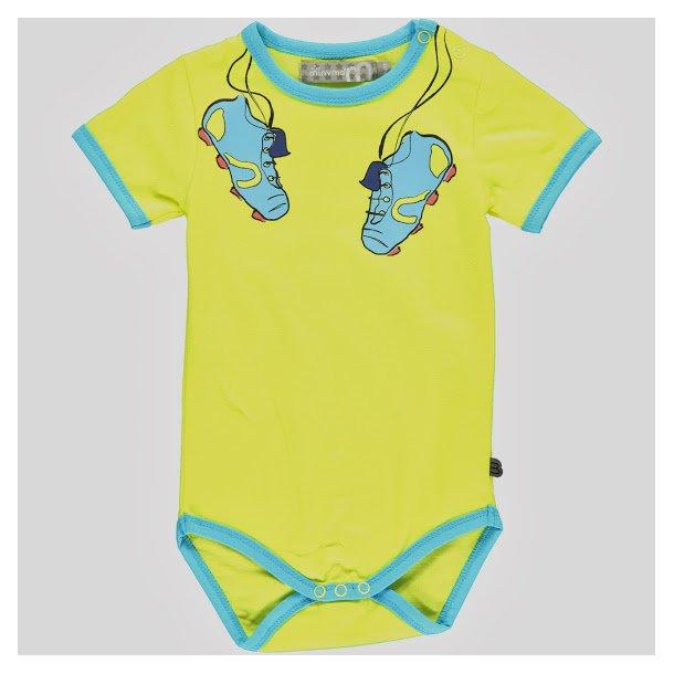 Body in gelb mit blaue Fussballstiefel