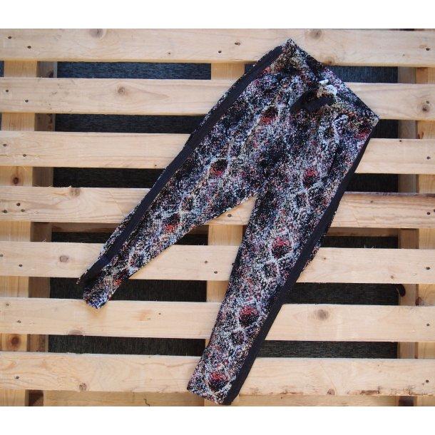 Bequeme Hosen mit einem schönen Printe in schönen Farben von Rosemunde